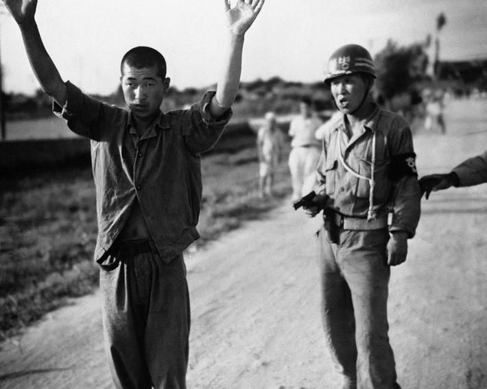 Ein südkoreanischer Militärpolizist eskortiert am 21. Juli 1950 einen nordkoreanischen Kriegsgefangenen zu einem Militärgefängnis in Südkorea. ...