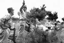 Ein südkoreanischer Offizier der Infanterie weist am 10. August 1950 Truppen an den Frontlinien des Koreakrieges ...