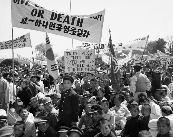 Am 26. April 1953 demonstrieren Zivilisten und Soldaten in Seoul gegen die Wiederaufnahme der koreanischen Friedensgespräche.