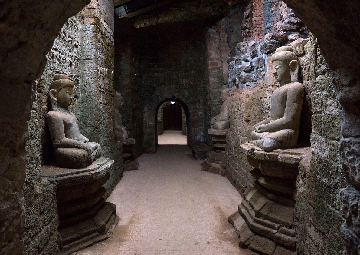 Statuen im Steintempel