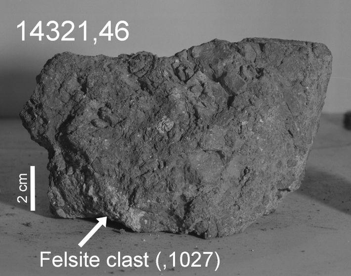 Der Pfeil markiert das helle Klastbruchstück von 14321, von dem Forscher glauben, dass es auf der ...