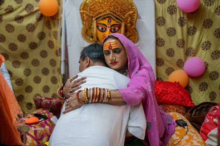Laxmi Narayan Tripathi umarmt einen Gläubigen.