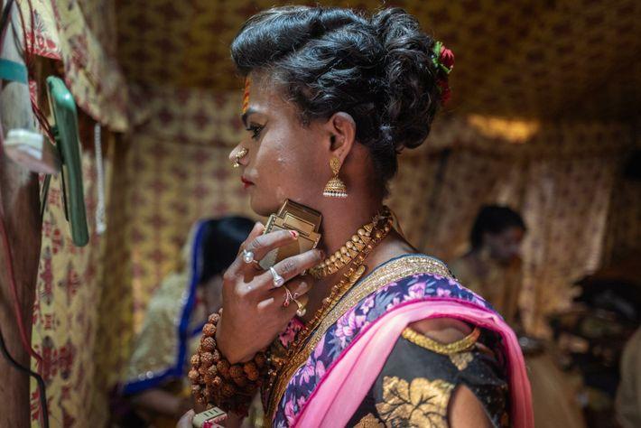 Die 19-jährige Rishika Kevat aus Indore bereitet sich auf den Shahi Snan vor – ein rituelles ...