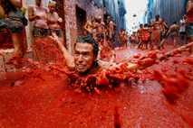 Mann rutscht durch Tomatenmatsch