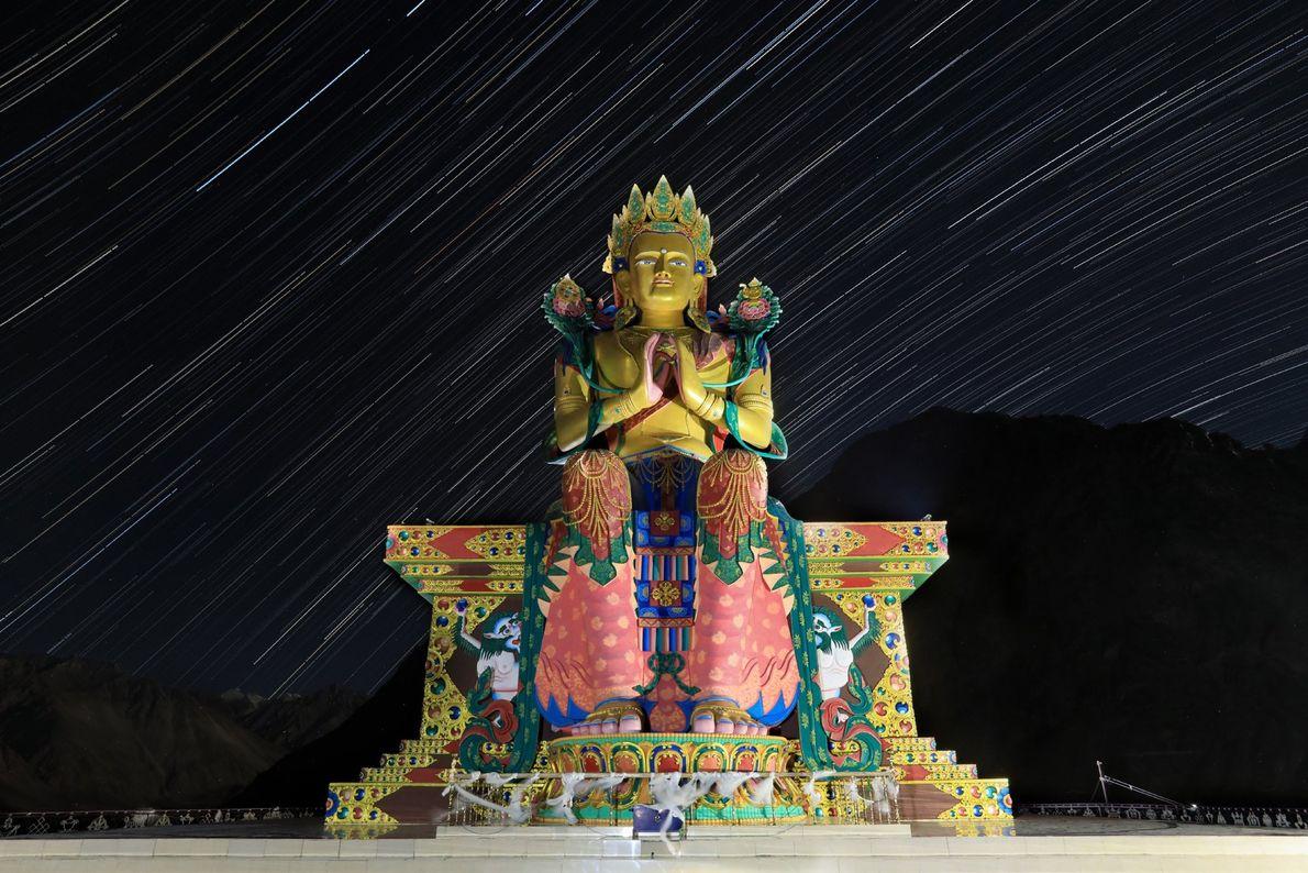 Diese sternenbeschienene, etwa 257 Meter hohe Statue des Jampa Buddha befindet sich im Diskit-Kloster, dem ältesten ...