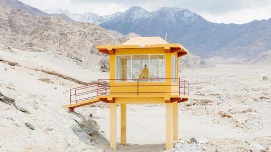 Eine Buddha-Statue scheint die Landschaft von Ladakh zu betrachten.