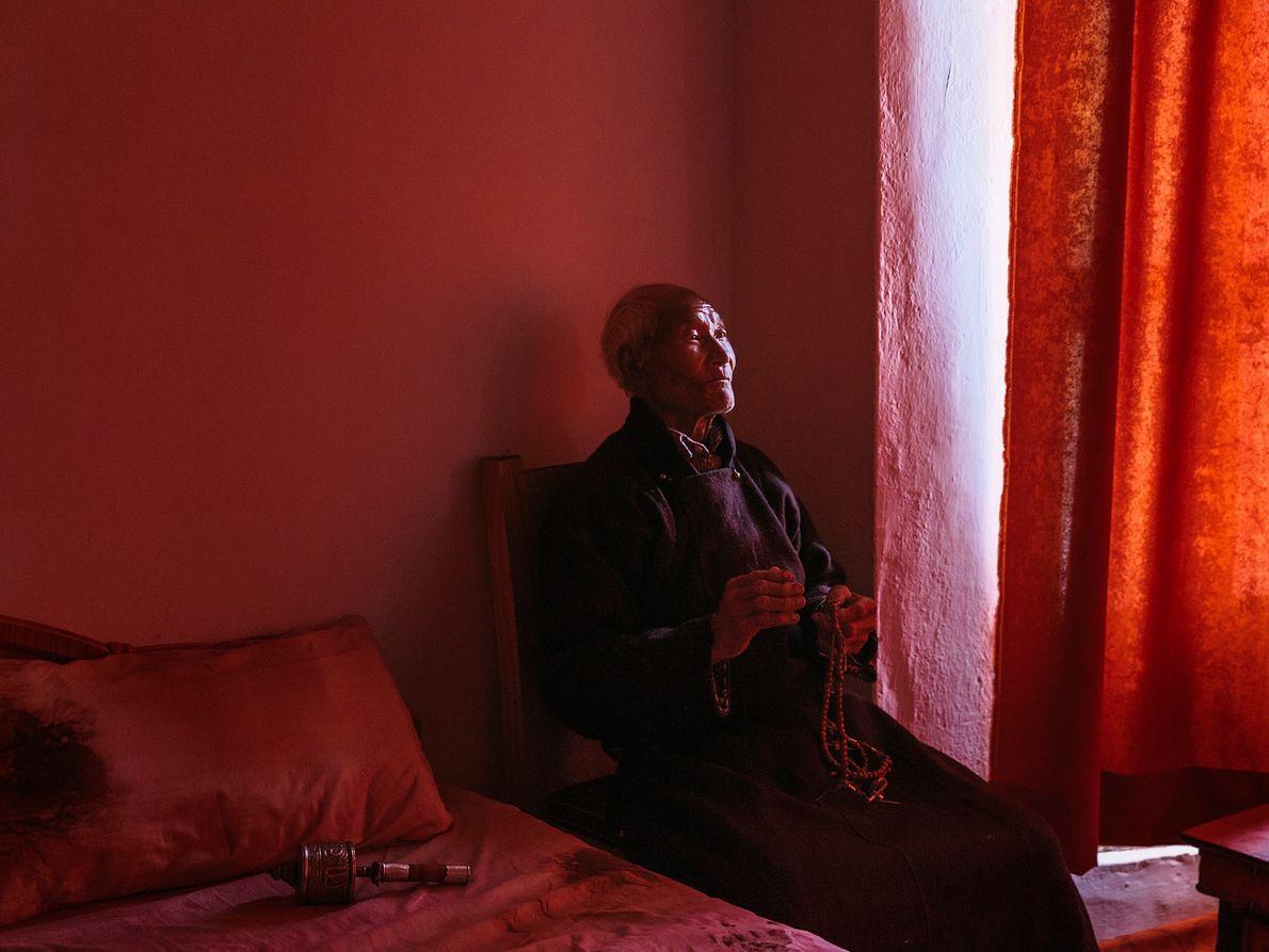 Der Mönch Meme Lay posiert für ein Porträt neben einem Fenster im indischen Ladakh.