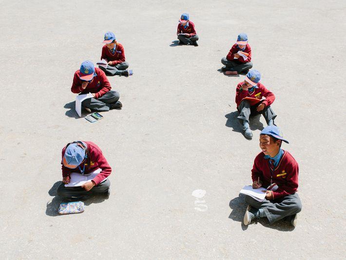 Schüler der Lamdon-Schule arbeiten im Freien. Die Einrichtung widmet sich dem Erhalt der Traditionen und Kultur ...