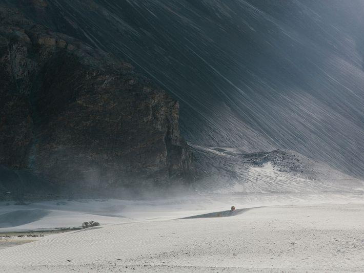 Ein Paar genießt den Blick auf die fremdartige Landschaft Ladakhs.