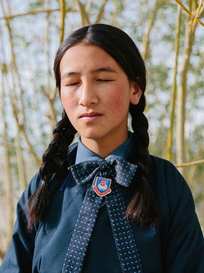 Eine junge Schülerin meditiert in der Druk White Lotus School. In Ladakh meditieren Kinder schon von ...