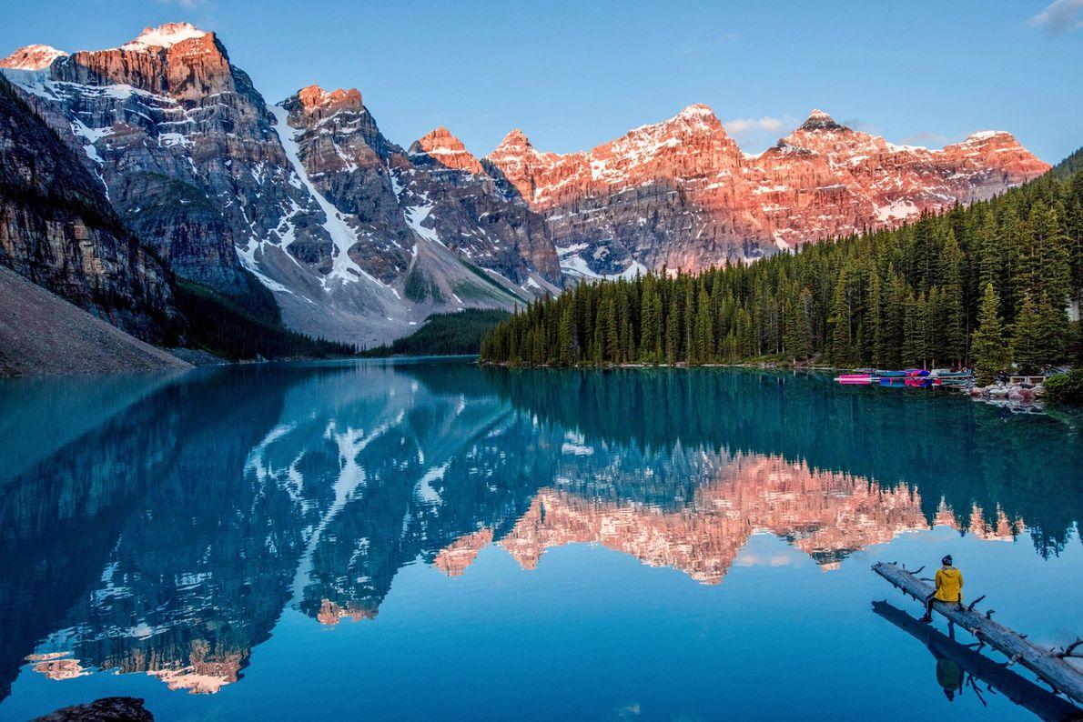 """Der Moraine Lake im kanadischen Banff-Nationalpark reflektiert die Landschaft wie ein gewaltiger Spiegel. """"Obwohl der Moraine ..."""