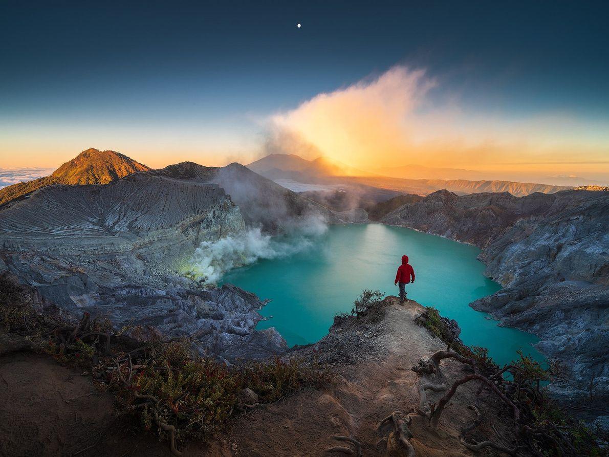 Ein saurer Kratersee am Gipfel des Vulkans Kawah Ijen auf Java in Indonesien erstrahlt in einem ...