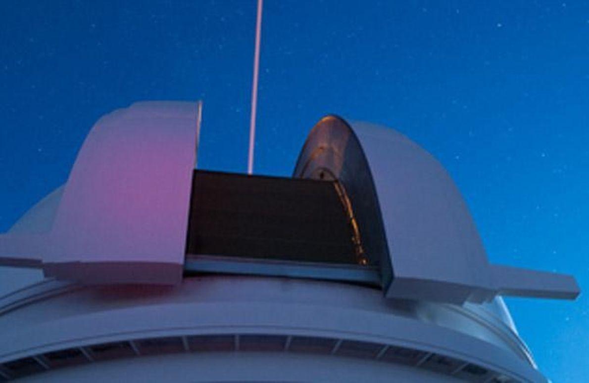 Laserstrahl bei Nacht