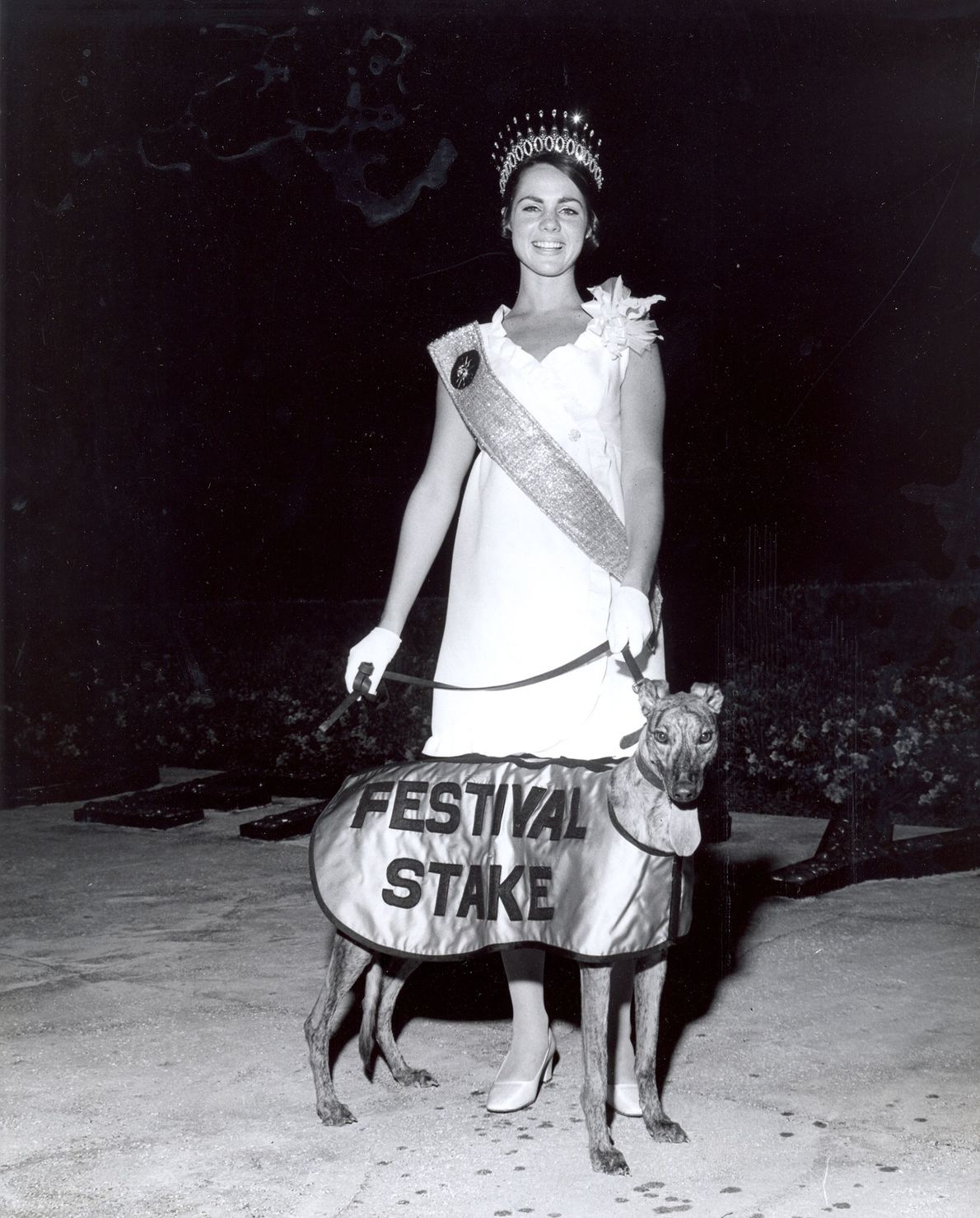 """Kitty Wilkerson, die """"Sonnengöttin"""" des Festival of States 1969, posiert zusammen mit L.B.'s Dallas, dem Gewinner ..."""
