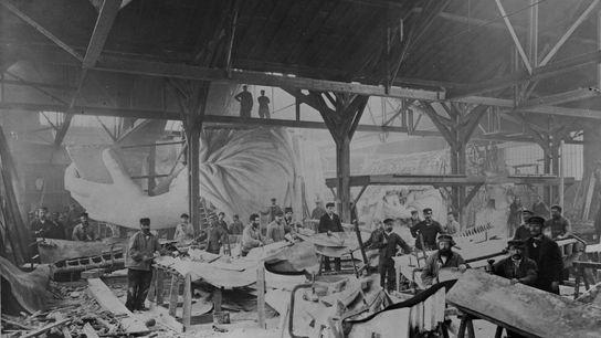 Von 1881 bis 1883 formen Arbeiter in der Werkstatt von Gaget, Gauthier & Co. das Kupfer, ...