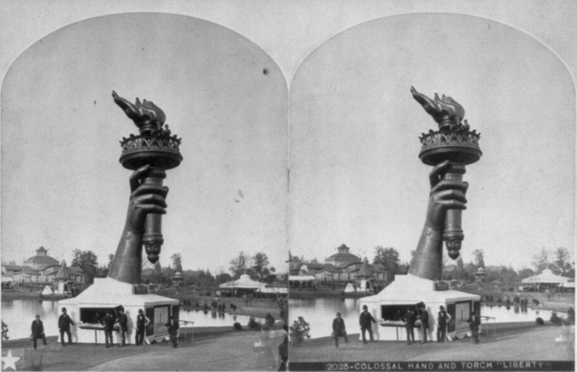 Die Fackel und ein Teil des Arms der Freiheitsstatue werden 1876 bei der Centennial Exhibition, der ...
