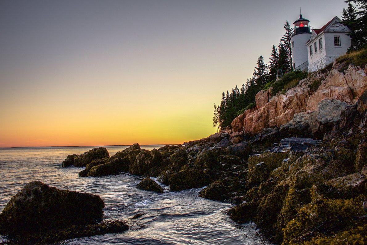 In Bass Harbor geht die Sommersonne hinter dem einzigen Leuchtturm auf Mount Desert Island in Maine ...
