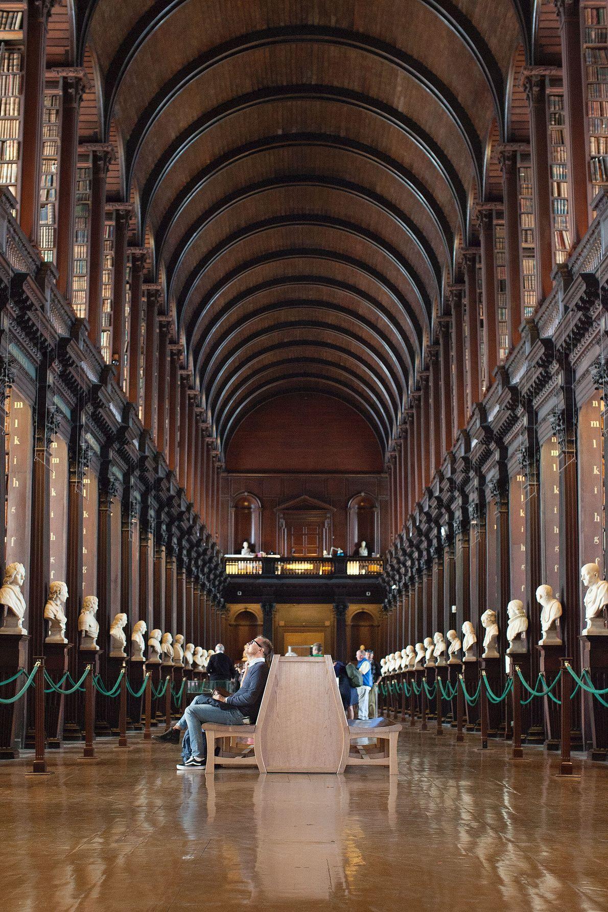 Dieser Raum in der Bibliothek des Trinity College trägt den treffenden Namen Long Room (dt. Langer ...