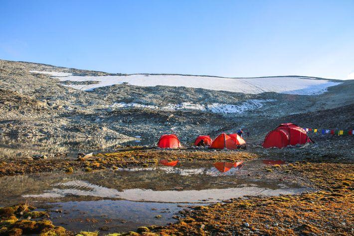 Die Archäologen schlugen 2018 ihr Basislager vor dem Lendbreen-Eisfeld auf.