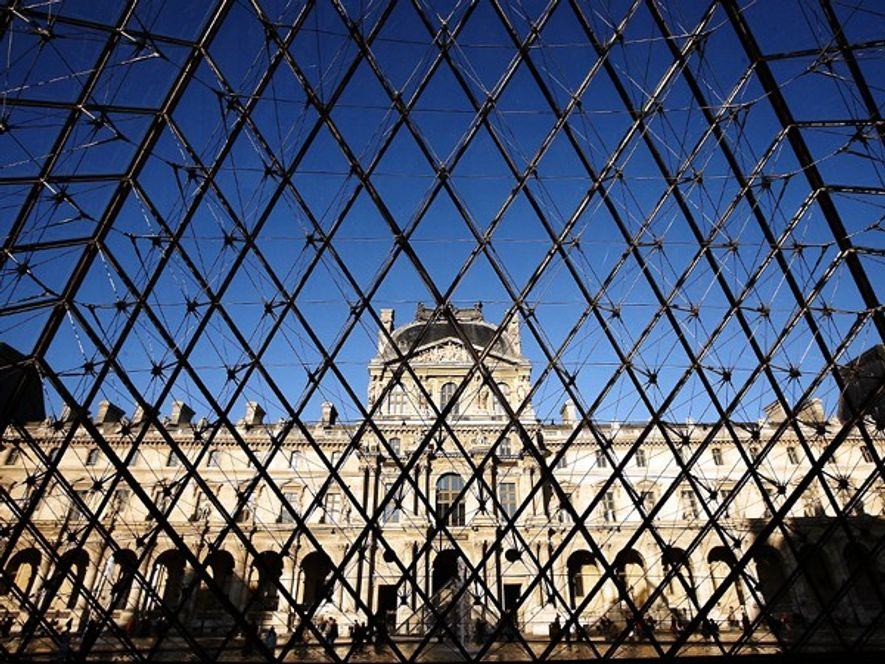 Der Louvre, fotografiert durch das Glas der Louvre-Pyramide in Paris