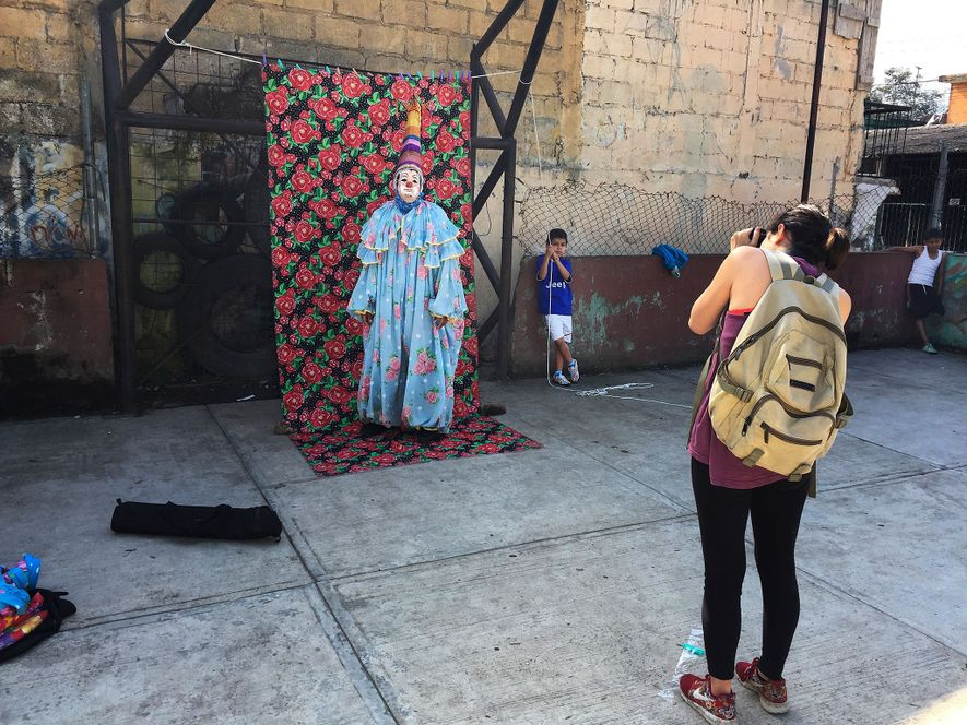 Luján Agusti nimmt ein Porträt eines Clowns auf.
