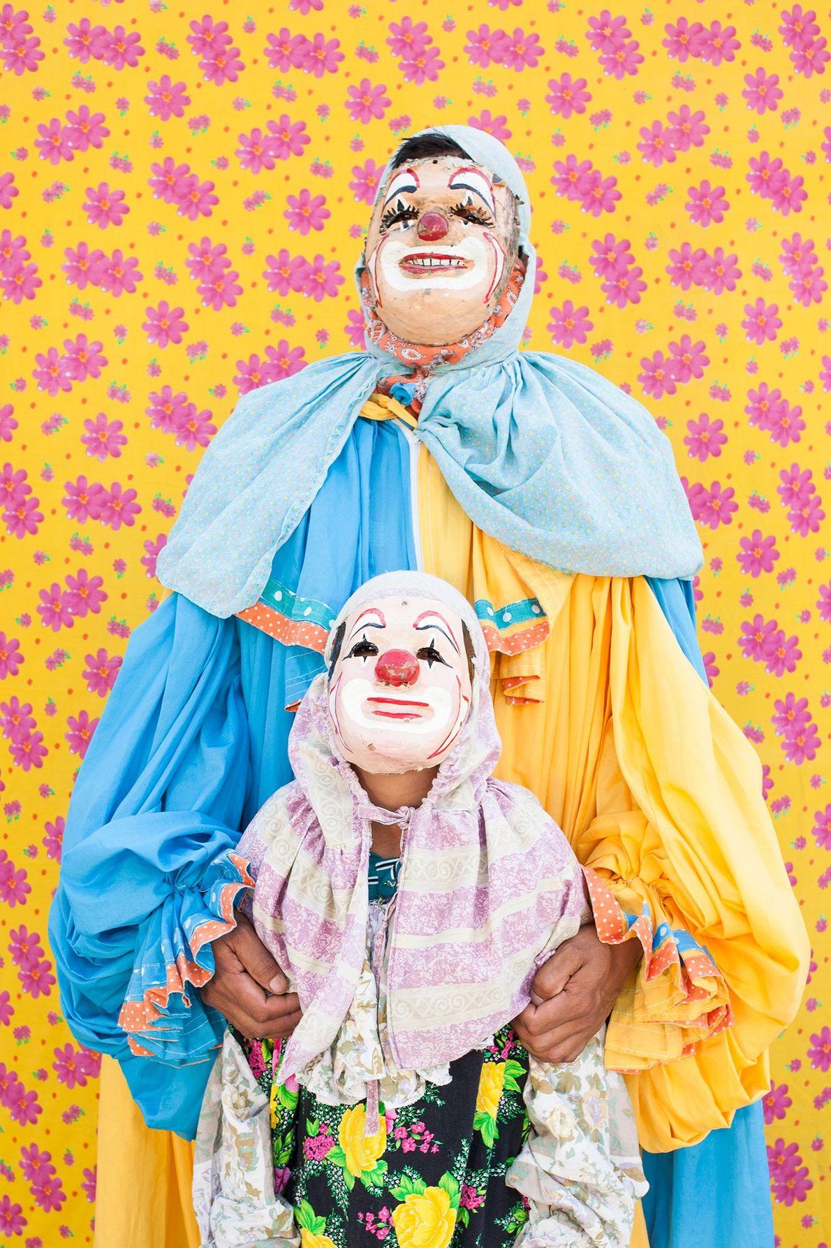 Clowns vor buntem Stoff