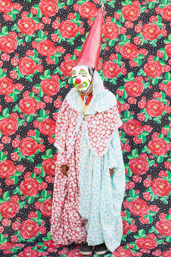 Clown vor buntem Stoff