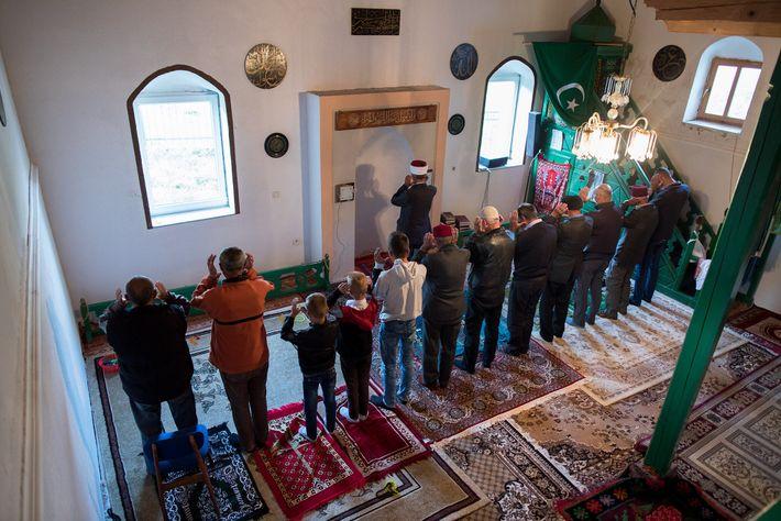 Menschen nehmen während Eid al-Adha an Gebeten in einer Moschee in Lukomir teil.