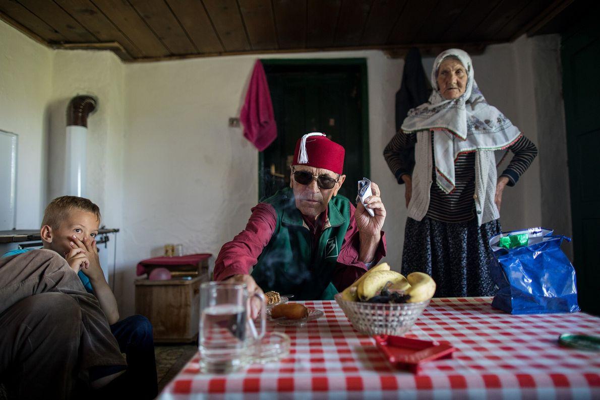 Dorfbewohner feiern das Opferfest Eid Al-Adha mit Süßigkeiten in einem Haus in Lukomir.