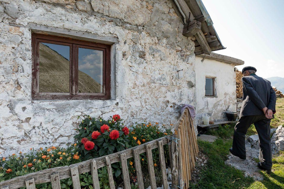 Schäfer mit Baskenmützen, Wollhosen und Tweedmänteln leben in alten Steinhäusern mit Holzziegeldächern. Die Frauen tragen farbenfrohe ...