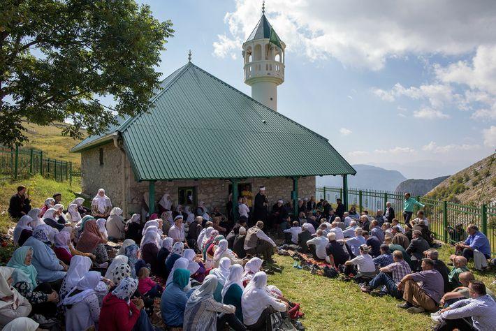 Dorfbewohner und Gäste versammeln sich für die jährliche Feier zum Ende der Heumahd vor der Dorfmoschee.