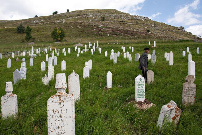 Ein Mann wandert über den Friedhof von Lukomir, wo Grabsteine (sogenannte stećci) aus dem 14. Jahrhundert ...