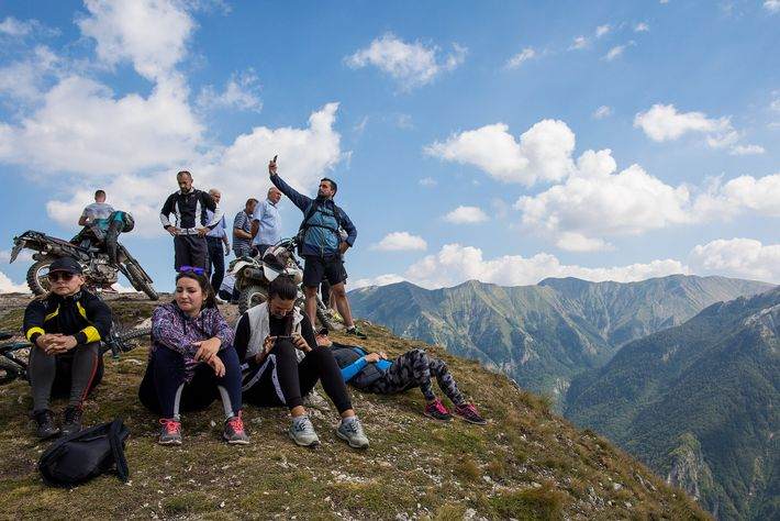 Touristen machen eine Pause auf einem Berghang in der Nähe von Lukomir.