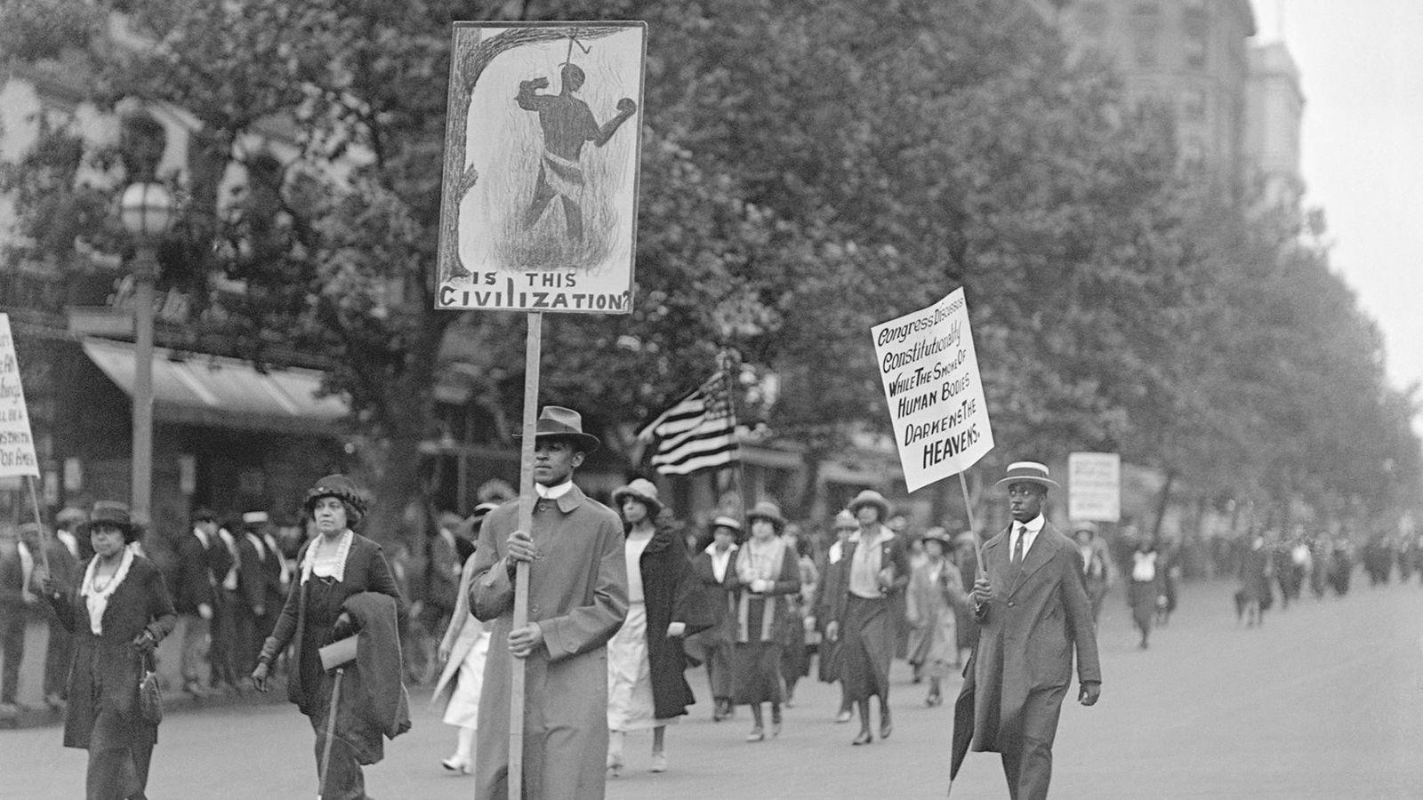 Am 24. Juni 1922 marschierten mehr als 3.000 Schwarze in einem stummen Protest durch die Straßen ...