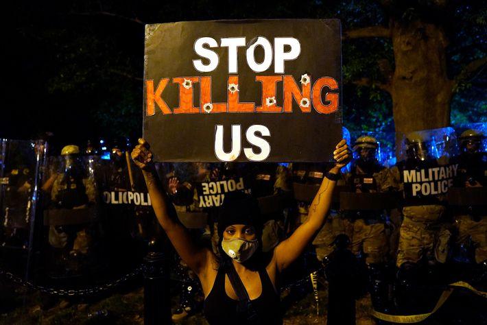 BLM Demonstrantin vorm Weißen Haus