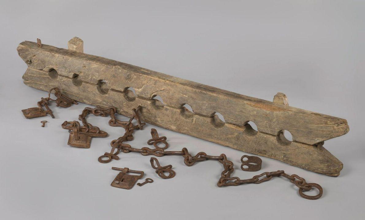 """In der Ausstellung """"Slavery"""" sind hölzerne Fußfesseln zu sehen, mit denen versklavte Menschen am Weglaufen gehindert ..."""