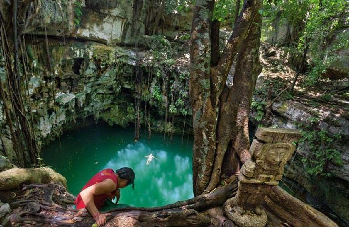 Zwei Jungen aus dem Dorf Yaxuná baden in einer Cenote, deren Decke eingestürzt ist. Das von …