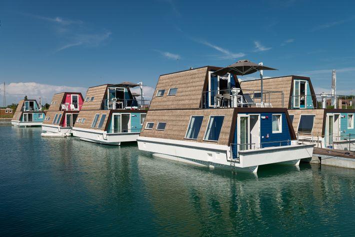 Moderne Hausboote auf dem Fluss Tagliamento