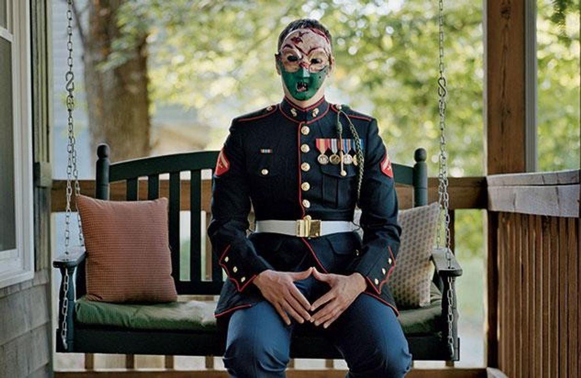 In untadeliger Uniform sitzt Chris McNair auf der Veranda seines Elternhauses in Virginia. Die selbst gemachte …
