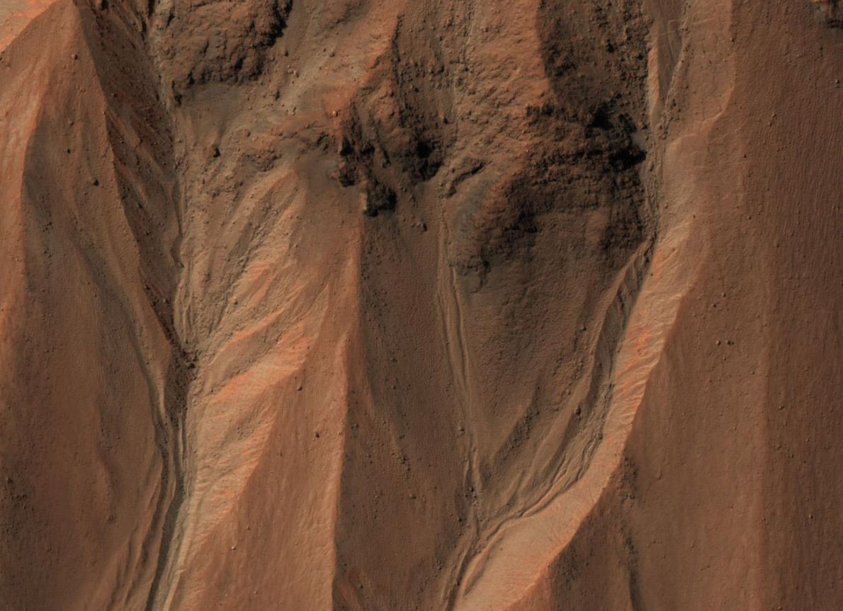 Das südliche Ende des Hale-Kraters auf dem Mars wird von Furchen durchzogen. Auf der Erde entstehen ...