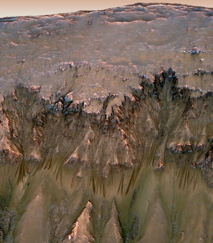 2015 entdeckten Wissenschaftler dunkle Schlieren, die an einigen Hügeln des Mars herabflossen. Ursprünglich hatten sie Salzwasser ...