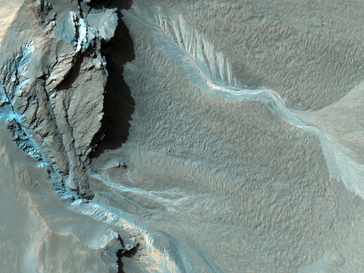 Furchen verlaufen am nordwestlichen Rand des Hale-Kraters hinab. Es ist unklar, wie sie entstanden sind, aber ...