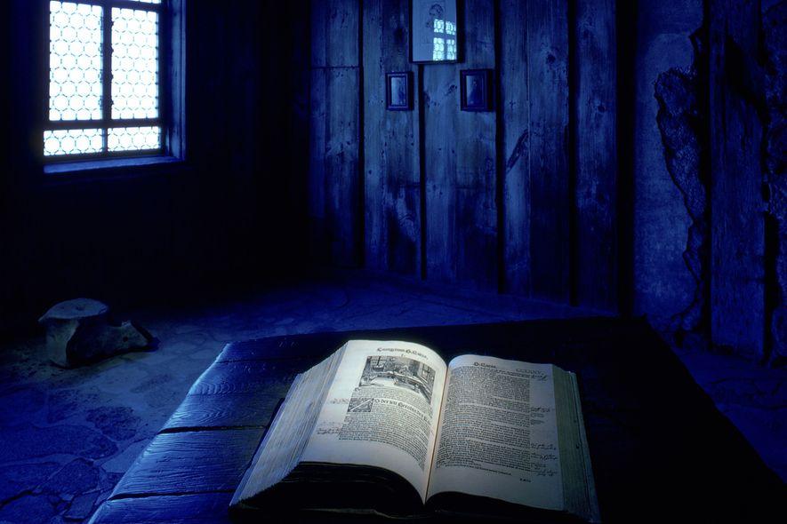 Luther übersetzte das Neue Testament ins Deutsche, als er sich nach dem Reichstag zu Worms in ...