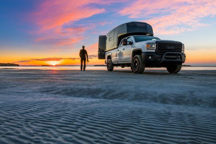 Der National Geographic-Fotograf Mathieu Dupuis steht an einem Sandstrand in der Nähe von Sept-Îles in Moisie. ...