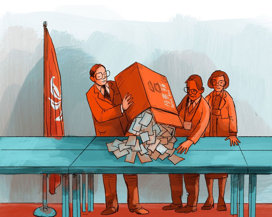 MAI 1998: Die ersten Wahlen finden statt. Trotz heftiger Regenfälle bricht die Wahlbeteiligung alle Rekorde. Für ...