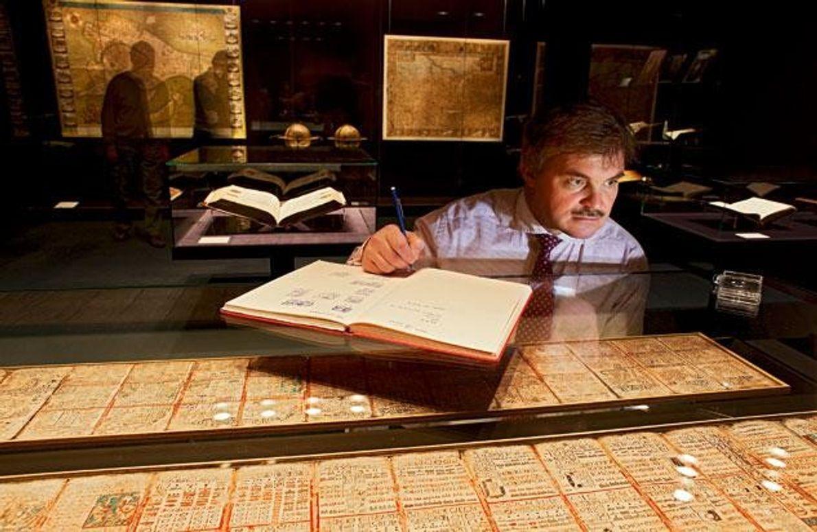 """In der Sächsischen Landesbibliothek liest der Altamerikanist Nikolai Grube im """"Dresdner Codex"""". Dieses 3,56 Meter lange …"""