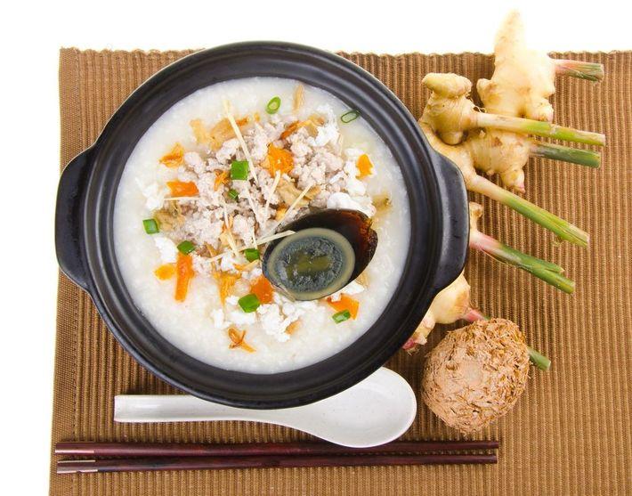 """Ein Congee (Brei) aus Schweinefleisch, Gemüse – und einem """"Tausendjährigen Ei"""". Die Zutat mit dem suspekten ..."""