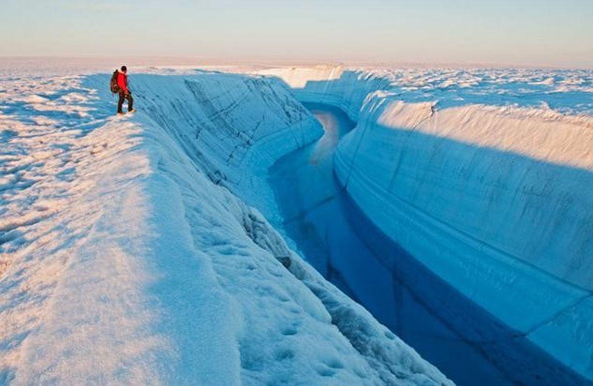 Michael Brown am Rande einer Eisschlucht