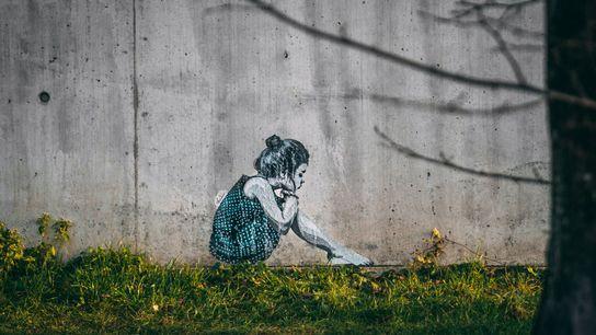 Ein Poster des Künstlers @SeiLeise mit dem Motiv eines gelangweilten Mädchens auf einer Mauer