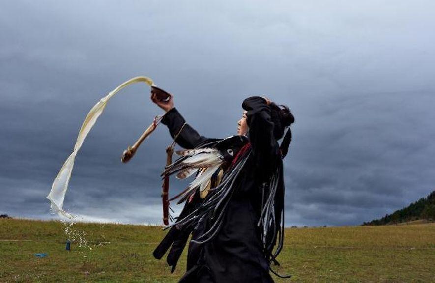 Diese Schamanen-Novizin in der Mongolei vollzieht bei ihrer Weihung die traditionellen Riten.